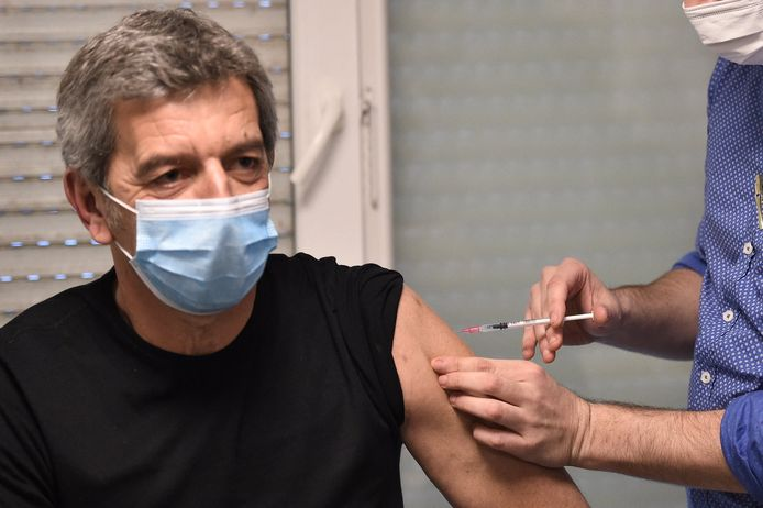 """Michel Cymes se fait vacciner contre la Covid-19 pour """"donner l'exemple"""" à la Maison Médicale de Garde de l'hôpital Robert Ballanger à Aulnay-sous-Bois le 6 janvier 2021."""