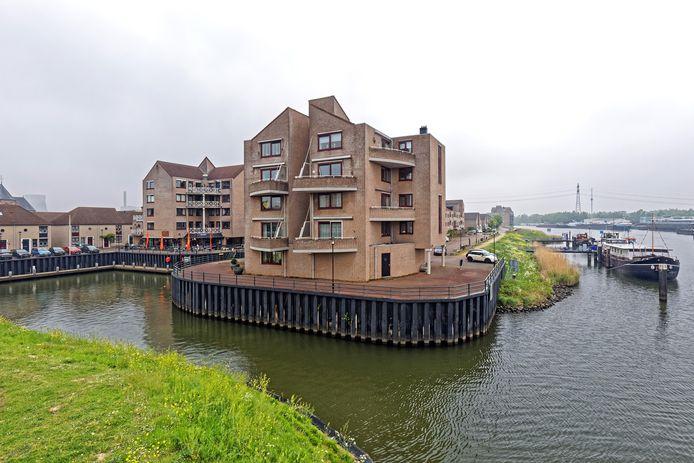 Geertruidenberg - 02-05-2019 - De Timmersteekade in Geertruidenberg wordt opgeknapt. Er komt onder andere meer groen, en in de toekomst komen er meer historische schepen te liggen.