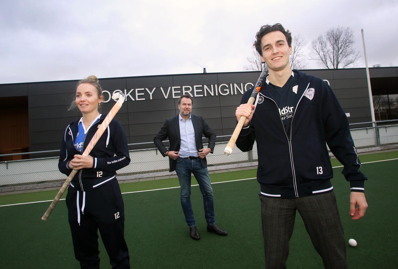 Spelers Babette Petri en Bo Dekker met voorzitter Maarten van der Starre.