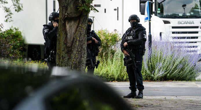 Politie op het Mediapark vandaag, waar de uitzendingen van RTL Boulevard werden hervat.