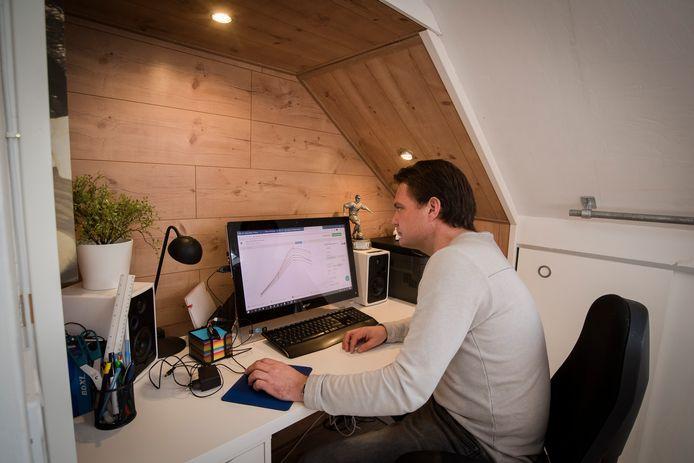 Martijn Bekhuis op zijn thuiswerkplek.
