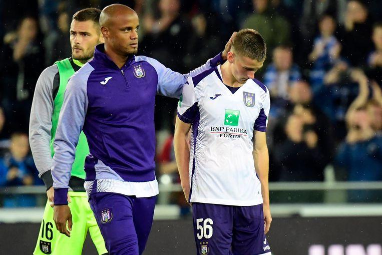 """Kompany geeft Saelemaekers een aai over z'n bol, net na de match tegen Club.  """"Als we ons voetbal spelen, is niemand beter dan wij"""", zei Alexis wat later."""