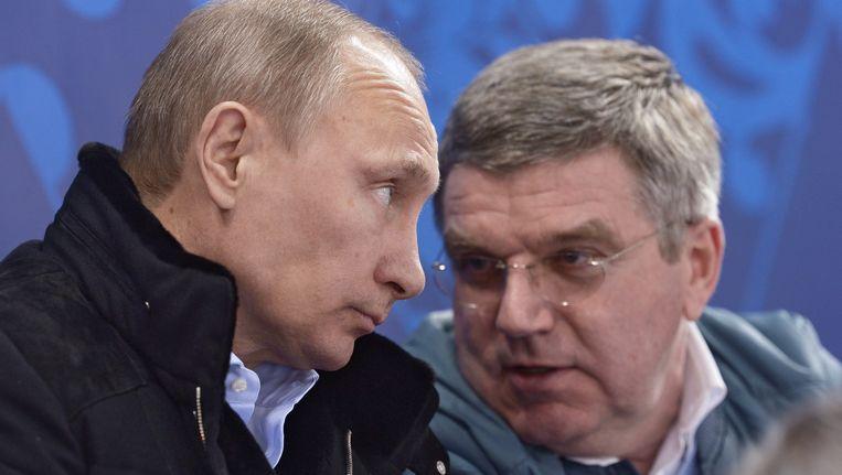 IOC-voorzitter Thomas Bach in het gezelschap van de Russische president Vladimir Poetin. Beeld AP
