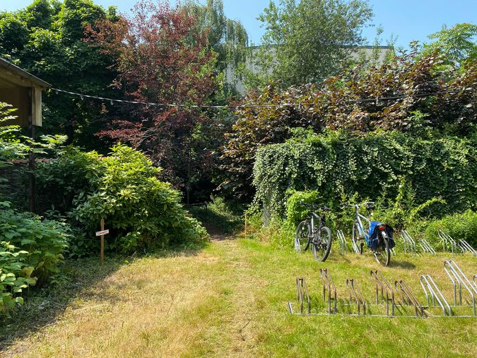 In de eerste, kleine binnentuin kan je jouw stalen ros achterlaten. Via een pad kom je in de tweede, grote binnentuin terecht.