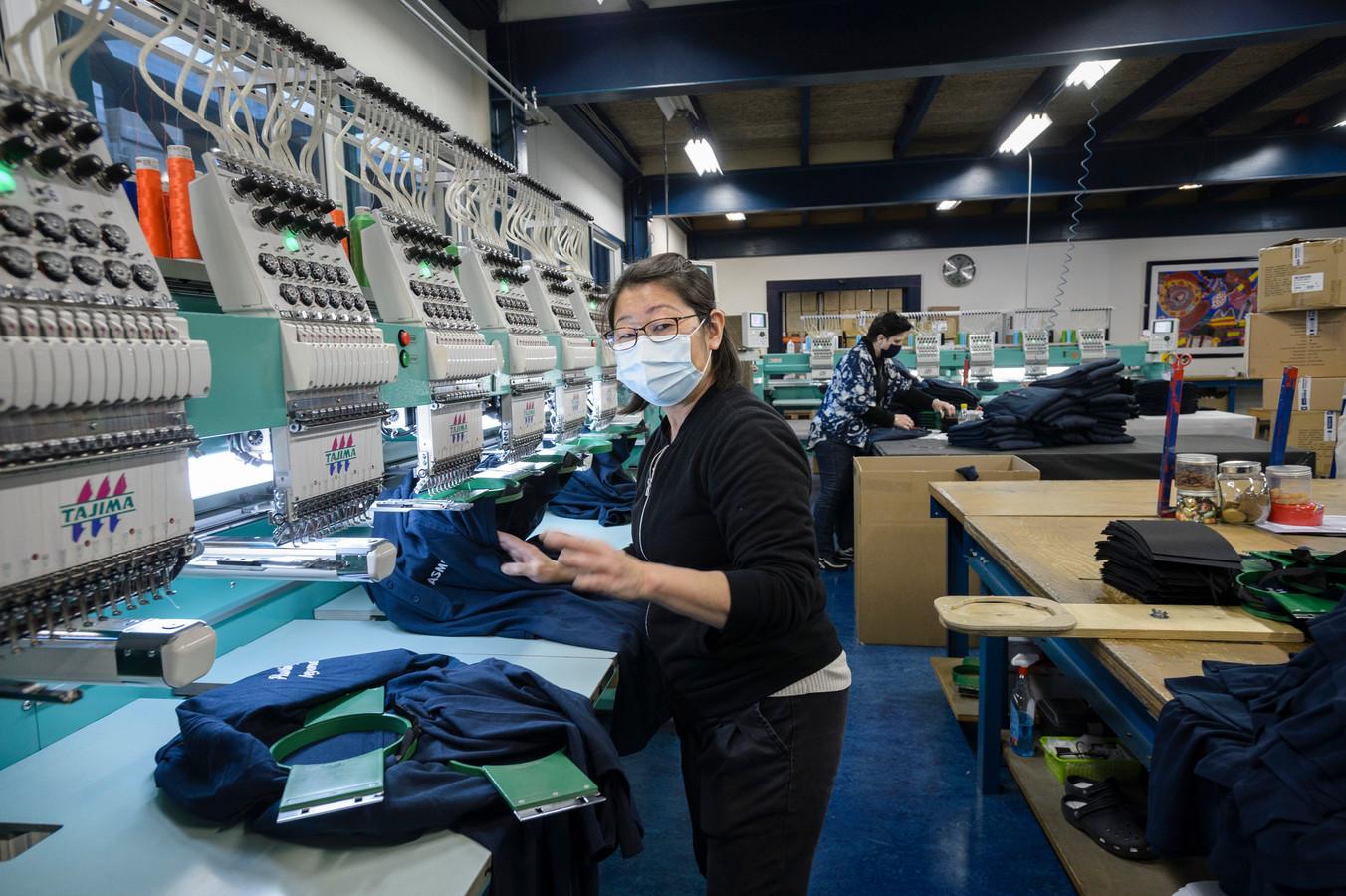 Burduurwerkzaamheden van caps en ander textiel bij  Buttonboss Reulver in Enschede.