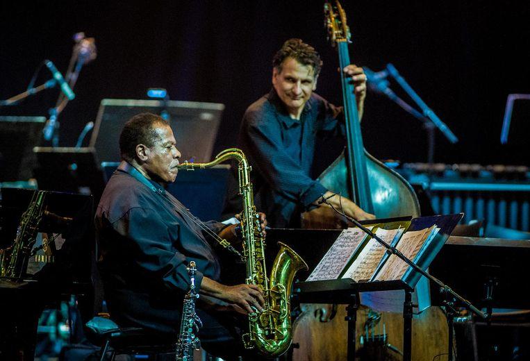 De Amerikaanse saxofonist Wayne Shorter, geflankeerd door bassist John Patitucci. Beeld anp