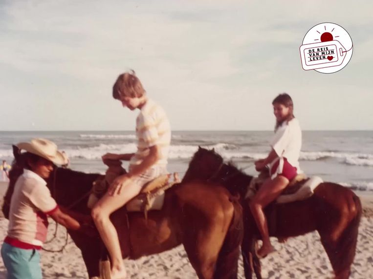 Op het strand van Acapulco, met een Mexicaans nichtje. Beeld Archief