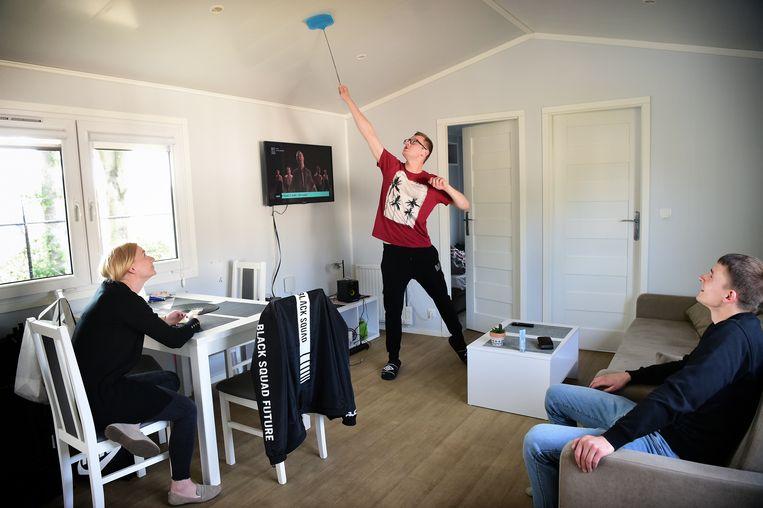 Arbeidsmigranten in hun 'Mobile Home' in Venray, geregeld door Otto.   Beeld Marcel van den Bergh / de Volkskrant