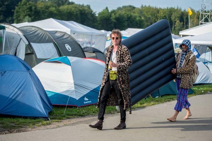 Festivalbezoekers arriveren op de camping tijdens de eerste dag van de 27e editie van muziekfestival A Campingflight to Lowlands Paradise.