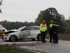 Auto belandt midden op de weg na  botsing met boom bij Heelweg