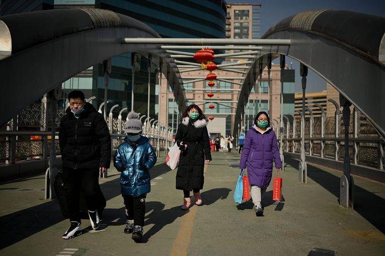 Mensen arriveren op het treinstation van Peking op 8 februari 2021, voorafgaand aan de grootste feestdag van het jaar, het nieuwe maanjaar, dat op 12 februari het Jaar van de Os inluidt. Beeld AFP