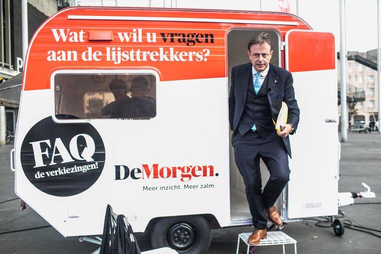 Bart De Wever in de verkiezingscaravan van De Morgen. Hij veroordeelt de S&V-uitspraken. Beeld Bas Bogaerts