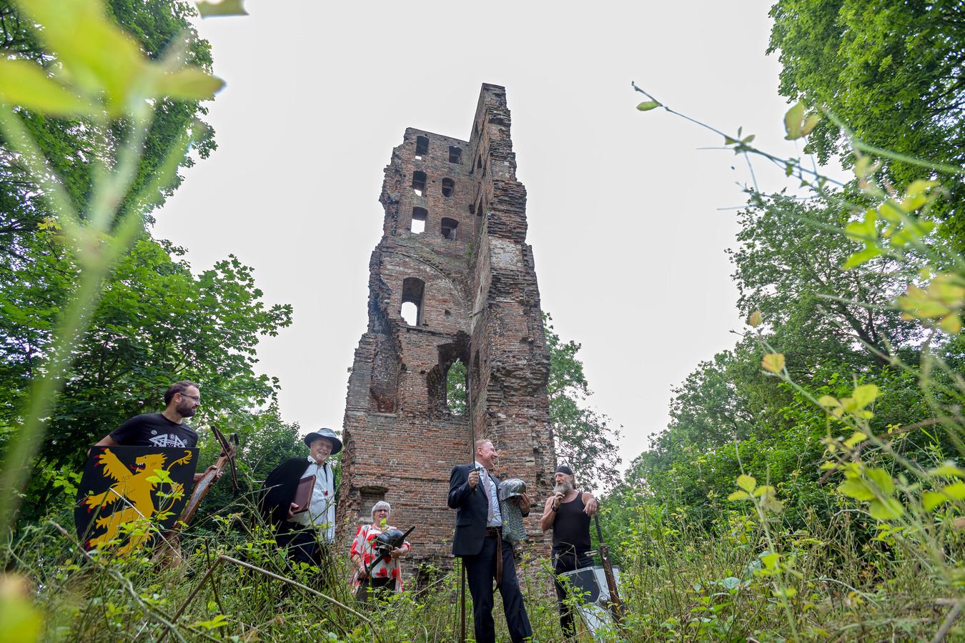 Werkgroep De Verweesde Toren wil de Slotbosse toren in Oosterhout, ook wel bekend als de ruïne van kasteel Strijen, toegankelijker maken. Van links naar rechts werkgroepleden Kaj Paulus, Frans Engels, Gerry Oomen, Anco Bakx en René Frik.