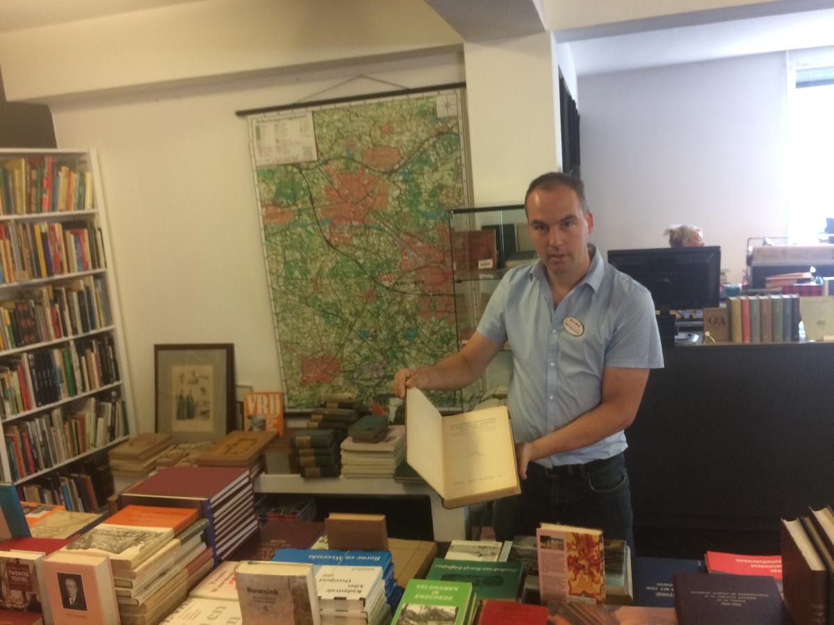 Eric Bol , inkoper van het antiquariaat van boekhandel Broekhuis, bij de collectie uit de nalatenschap van een verzamelaar.
