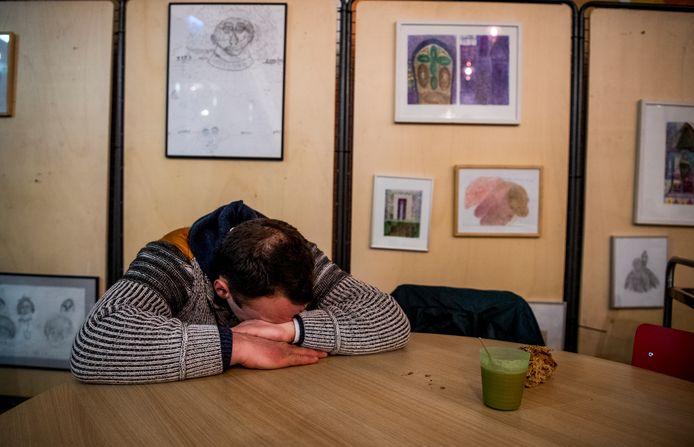 Arthur uit Oost-Europa rust uit in de Pauluskerk, die sinds deze week ook 's nachts mensen binnenlaat.