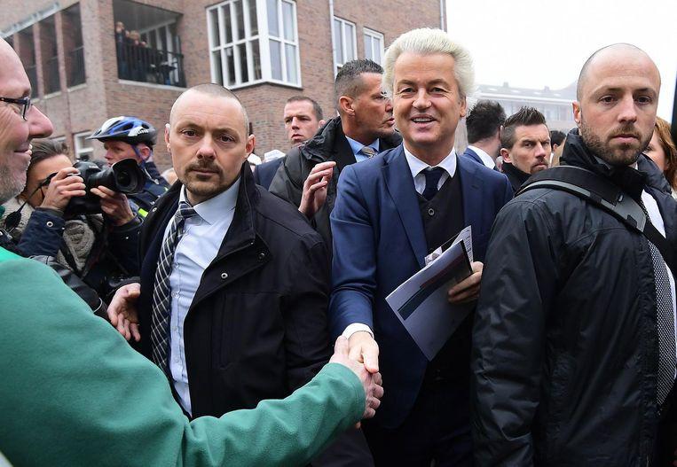 Wilders tussen zijn beveiligers in Spijkenisse. Beeld anp
