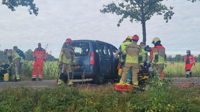 De brandweer heeft meerdere mensen uit de auto bevrijd.