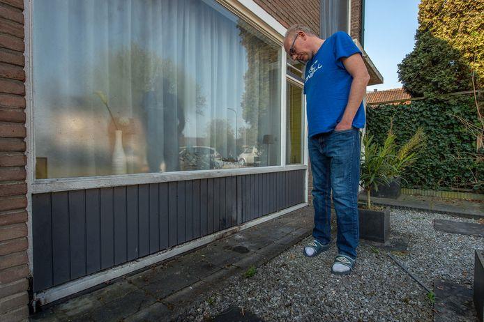 Frits Vels neemt de schade op aan zijn woning nadat daar een brandbom was ontploft.