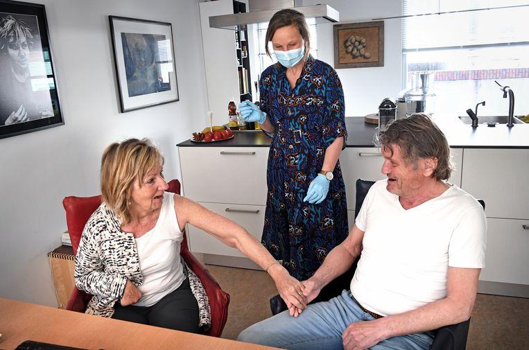 Een huisarts in Groningen vaccineert half april thuis een echtpaar dat niet naar de priklocatie kan komen.  Beeld Marcel van den Bergh / de Volkskrant