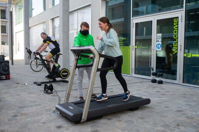 Ieder zijn duit in het zakje op de actiedag van de fitnesscentra: hier op het Nieuw Zuid.