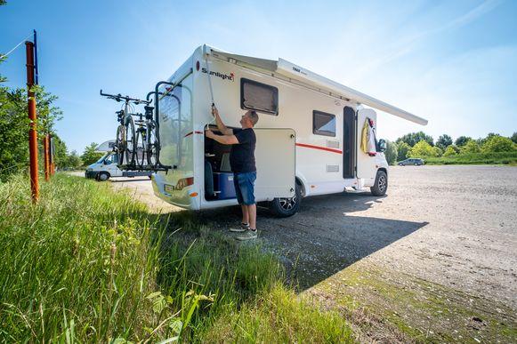 De staanplaats voor campingcars op de grindparking aan De Nekker.