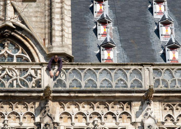 De balustrade van het stadhuis van Middelburg is al beschermd met gaas om te voorkomen dat brokstukken naar beneden vallen en mensen gewond raken.