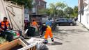 Vuilnismannen in Den Haag zijn dagelijks bezig met het opruimen van afval naast de containers, zoals hier in Laak.