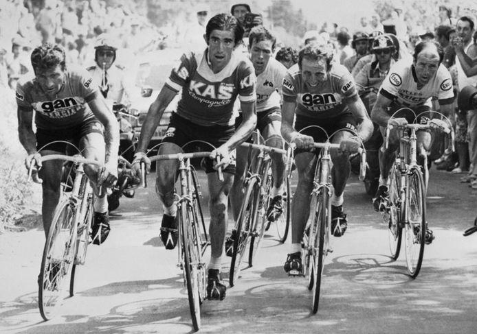 Ploeggenoten Raymond Poulidor (uiterst links) en Joop Zoetemelk (tweede van rechts) op de Puy de Dôme, tijdens de Tour van 1976. Beide mannen eindigen uiteindelijk op het podium in Parijs.