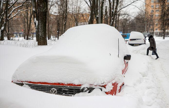 Auto's bedekt met sneeuw in Moskou.