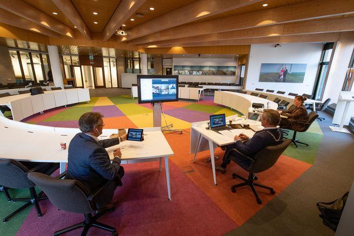 De gemeenteraad in de Noordoostpolder vergadert weer digitaal door het oplopende aantal besmettingen.