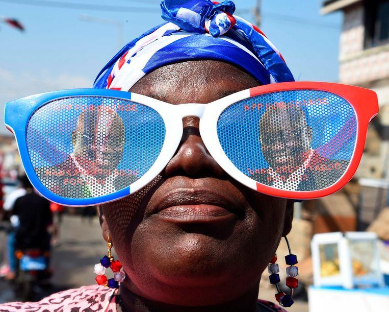 Een dame met een bril met afbeelding van de President erop. Beeld AFP