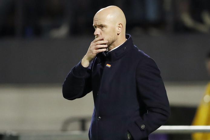 Erik ten Hag kijkt bedenkelijk tijdens RKC - Ajax.