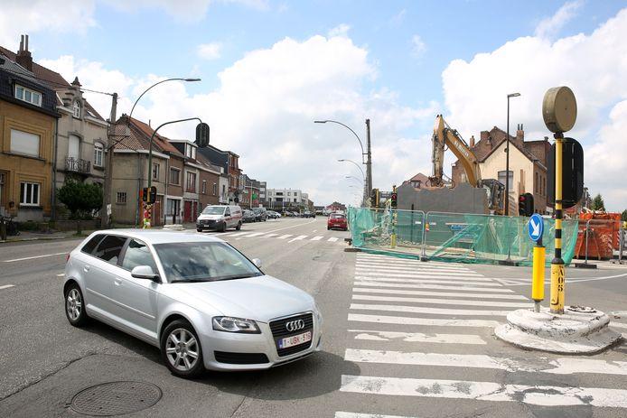 Het kruispunt met de Georges Wittouckstraat in Sint-Pieters-Leeuw is een van de twee zwarte punten die opnieuw ingericht worden. Vorig jaar werd het huis op de hoek nog gesloopt (foto).