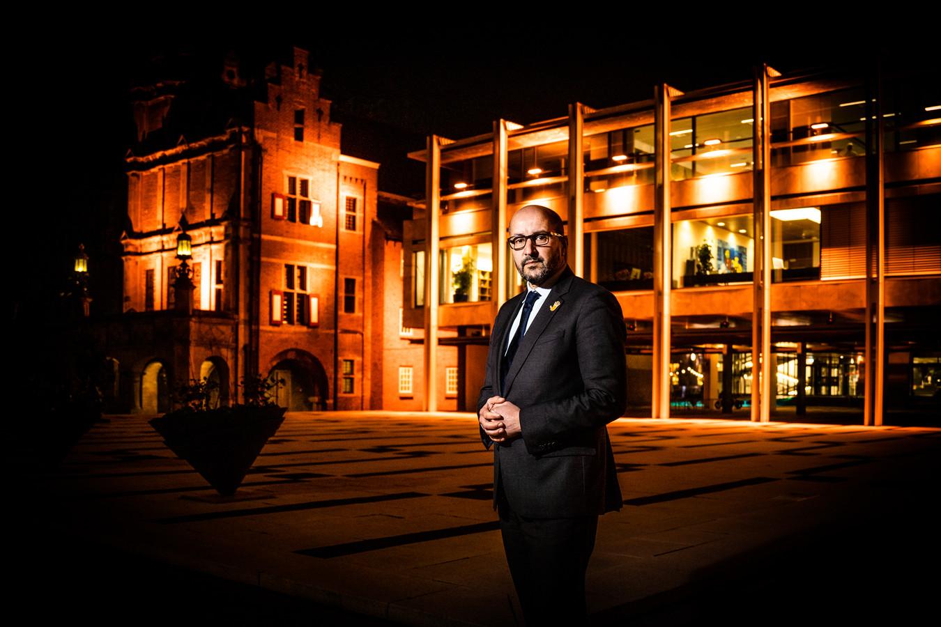 Ahmed Marcouch voor het oranje stadhuis.