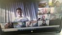 De kleuters van de uiltjesklas worden elke avond verwend met een special guest tijdens een webcamsessie. Hier zien we ze samen met Yves Lampaert