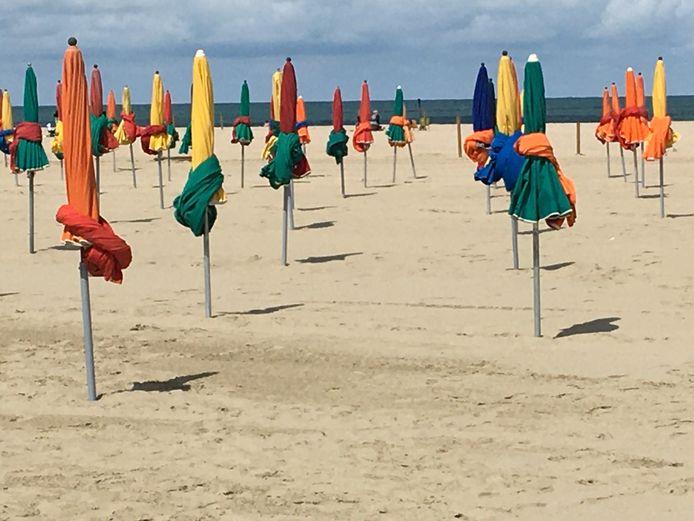 Kleurig in het gelid staan op het strand van Deauville.