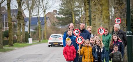 Buurt Son en Breugel hangt zelf verkeersborden op: 'het is hier net een racebaan'