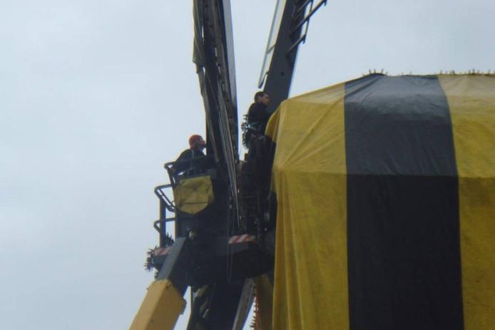 Bovenop de molen worden de naden gecontroleerd.