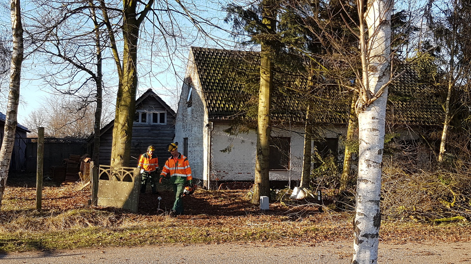 Groot drugslab aangetroffen in schuur naast vervallen boerderij.