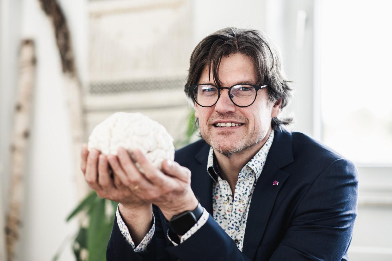 Neuroloog Steven Laureys met een afgietsel van de hersenen van Matthieu Ricard, beroemd boeddhist met zeker 40.000 uren meditatie op de teller. Zijn hersenen zijn groter en hebben een betere samenhang dan gemiddeld. Beeld Tine Schoemaker