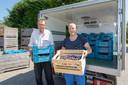 Kees Hamelink met Bart Schoonebeek (r) van Boerschappen uit Breda, dat de actie 'Help Kees van zijn pruimen af' houdt in de Brabantse pick up punten van Boerschappen.