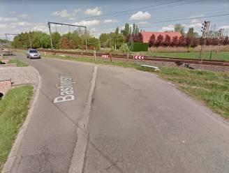 Wagen gaat over de kop in Bastijnstraat en belandt in gracht naast spoorweg