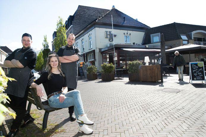De drie nieuwe eigenaren van restaurant HJ'57, het voormalige restaurant Smouzen in 's-Heerenberg. Van links naar rechts: Stan, Aimee en Floris.