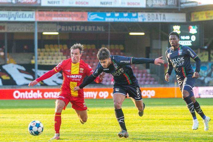 GA Eagles-speler Martijn Berden in duel met NEC'er Souffian El Karouani.