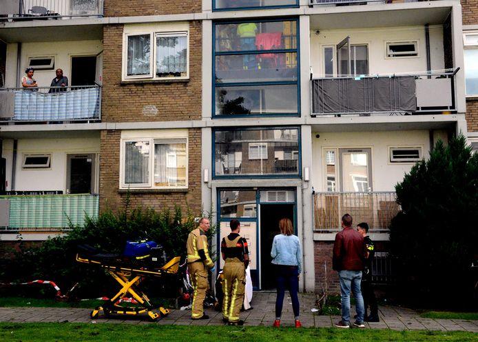 Bewoners van het woonblok zijn in shock als blijkt dat hun buurman is neergestoken in de portiek.