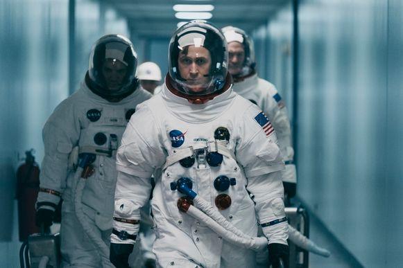 Met een loodzwaar ruimtepak aan is astronaut Gosling op weg naar de raket die hem naar de maan zal brengen.