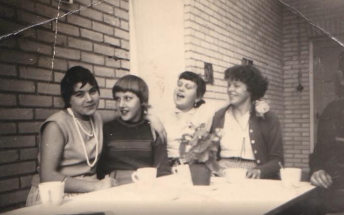 Diny Meeuws-van de Vijver en Annie Vergeer in de kantine van de E.T.E.C in 1958.