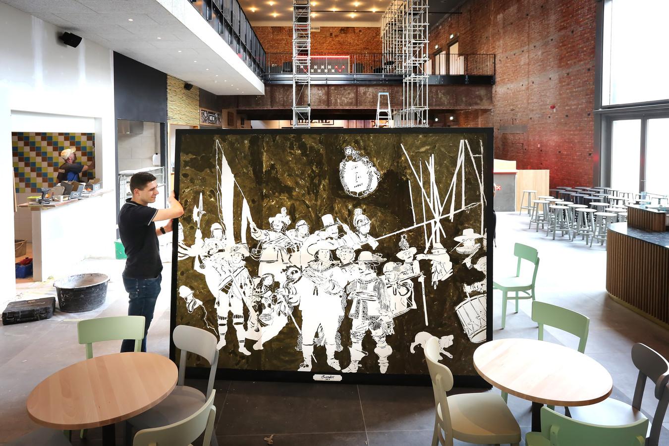 De Zundertse Tijmen Dekkers heeft Rembrandts befaamde Nachtwacht  gereproduceerd met thee. Zijn werk komt te hangen in de nieuwe Foodhal in de Bredase Reigerstraat