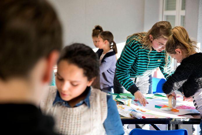Kunstenares Christa te Dorsthorst (met streepjestrui) geeft een masterclass aan Helmondse kinderen.