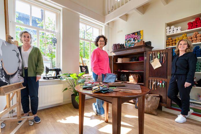 Met de komst van Atelier Mijn zijn alle panden in de Hooisteeg in Waalwijk weer vol. Van links naar rechts: Lianne Bergmans, Carla van Es en Marjolijn van Drunen.